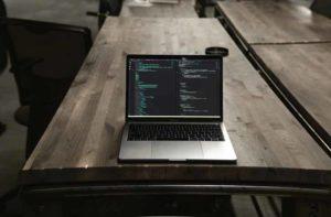computer su tavolo con editor di codice